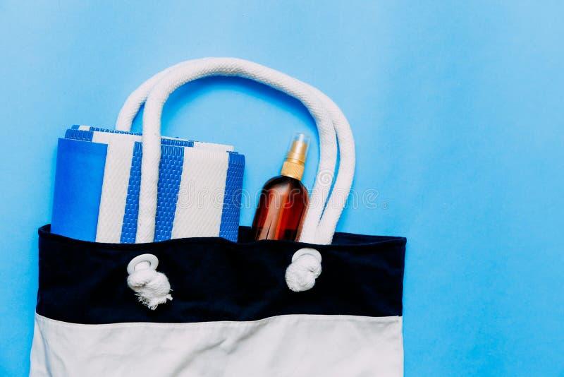 Τσάντα με τις πετσέτες, τα γυαλιά ηλίου και τα εξαρτήματα παραλιών r Κόλλα αντιγράφων, διάστημα αντιγράφων στοκ φωτογραφία με δικαίωμα ελεύθερης χρήσης