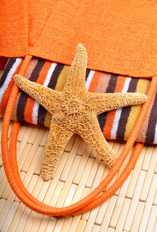 Τσάντα παραλιών με την πετσέτα και τον αστερία στοκ φωτογραφίες με δικαίωμα ελεύθερης χρήσης