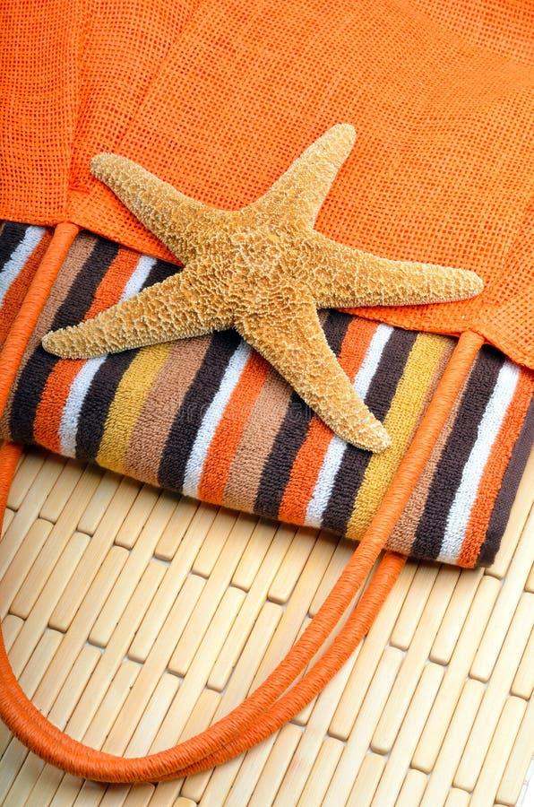 Τσάντα παραλιών με την πετσέτα και τον αστερία στοκ εικόνες με δικαίωμα ελεύθερης χρήσης