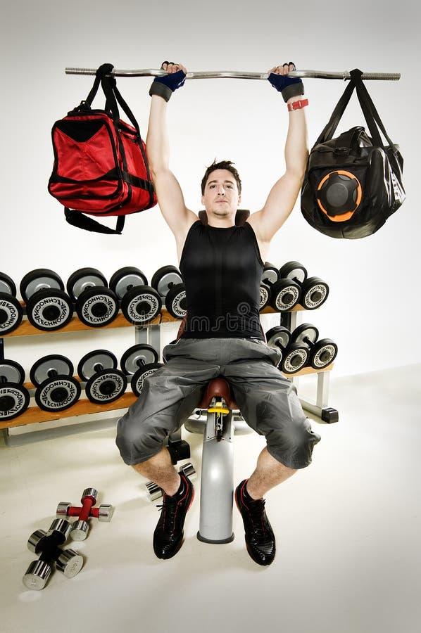 Τσάντα που ανυψώνει στη γυμναστική στοκ φωτογραφία
