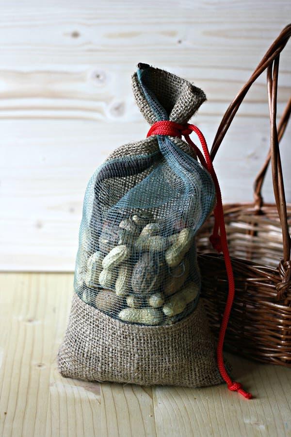 Τσάντα σάκων με τα μικτά καρύδια στοκ φωτογραφία με δικαίωμα ελεύθερης χρήσης
