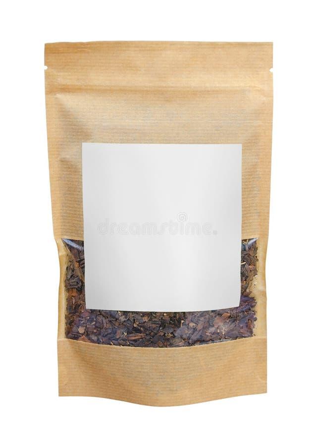 Τσάντα σακουλών εγγράφου τεχνών με το βοτανικό τσάι που απομονώνεται στο άσπρο υπόβαθρο συσκευάζοντας πρότυπο προτύπων στοκ εικόνες