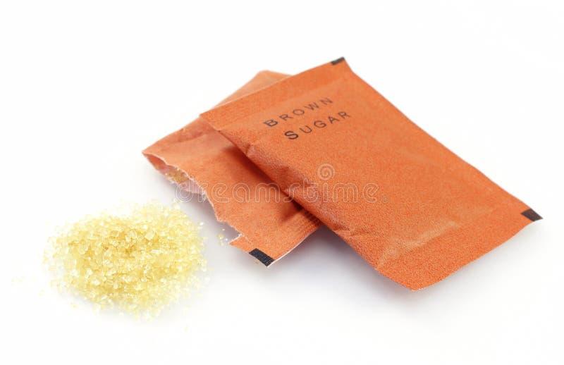 Τσάντα της καφετιάς ζάχαρης στο λευκό στοκ φωτογραφία με δικαίωμα ελεύθερης χρήσης