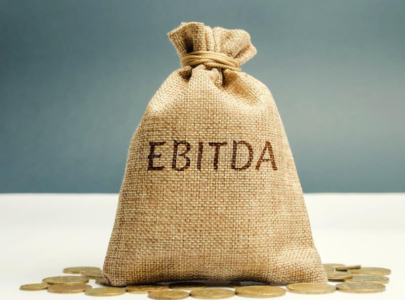 Τσάντα χρημάτων με τη λέξη Ebitda Αποδοχές πριν από το ενδιαφέρον, τους φόρους, την υποτίμηση και τη χρεωλυσία Χρηματοοικονομικό  στοκ εικόνες