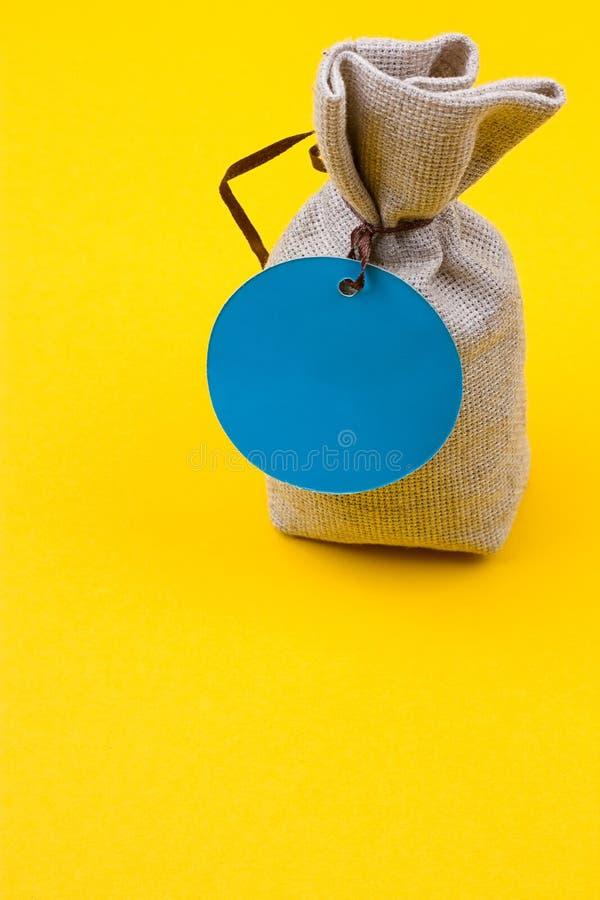 Τσάντα sackcloth με μια μπλε ετικέττα στοκ εικόνες με δικαίωμα ελεύθερης χρήσης