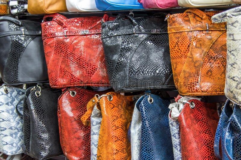 Τσάντες, βαλίτσες, πορτοφόλια και μαντίλι στο κατάστημα των αγαθών και των εξαρτημάτων δέρματος στοκ φωτογραφία με δικαίωμα ελεύθερης χρήσης