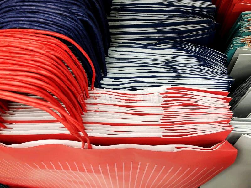 Τσάντες δώρων στο κατάστημα Πολλές πολύχρωμες τσάντες δώρων για το τύλιγμα δώρων στοκ εικόνα με δικαίωμα ελεύθερης χρήσης