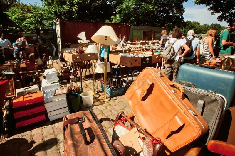 Τσάντες και εργαλεία δέρματος στην πώληση με ένα πλήθος των αγοραστών στοκ εικόνες