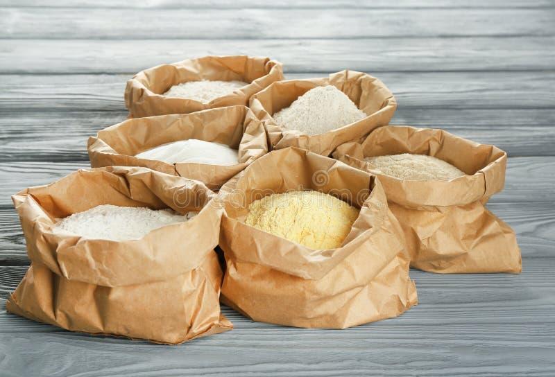 Τσάντες με τους διαφορετικούς τύπους αλευριών στοκ φωτογραφία