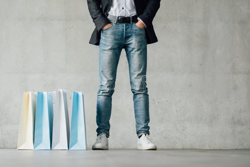 Τσάντες τζιν ποδιών ατόμων χρονικής μόδας αγορών στοκ εικόνες