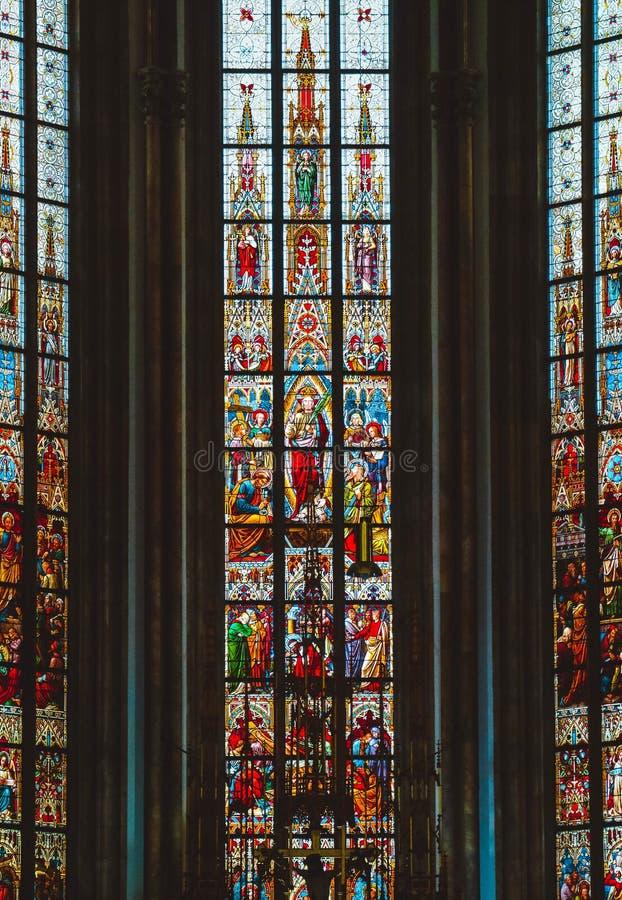 Τσέχικα, Μπρνο, ζωηρόχρωμη αγιασμένη διακόσμηση γυαλιού καθεδρικών ναών γοτθικός στοκ φωτογραφία