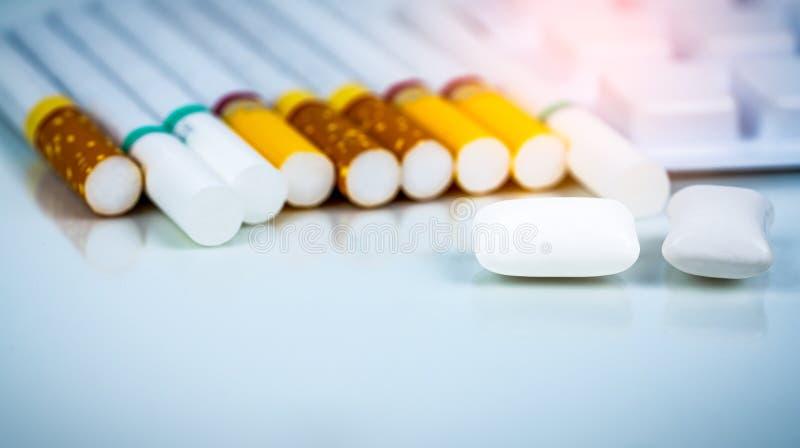 Τσίχλα νικοτίνης στο πακέτο φουσκαλών κοντά στο σωρό του τσιγάρου Εγκαταλείψτε από τη γόμμα νικοτίνης χρήσης Κόσμος καμία έννοια  στοκ φωτογραφίες