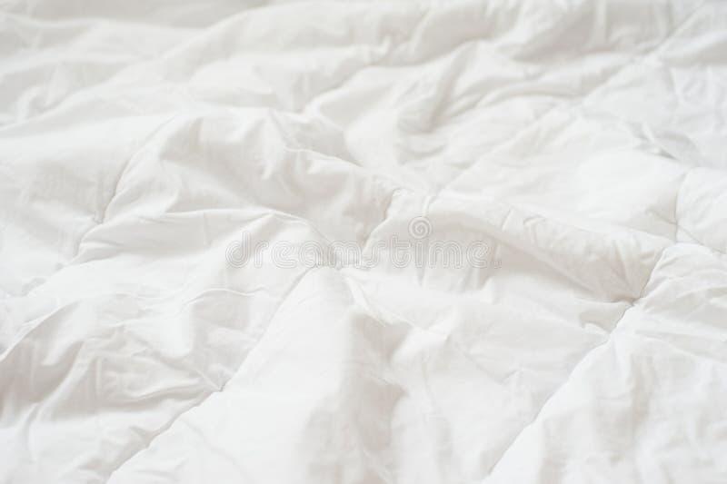 Τσαλακωμένη άσπρη γενική σύσταση παπλωμάτων κλείστε επάνω στοκ εικόνες με δικαίωμα ελεύθερης χρήσης