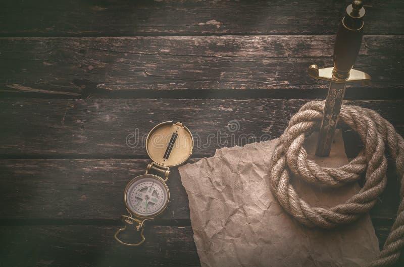 Τσαλακωμένη περγαμηνή σελίδων καφετιού εγγράφου και το στιλέτο Πίνακας πειρατών ή τυχοδιωκτών στοκ εικόνες