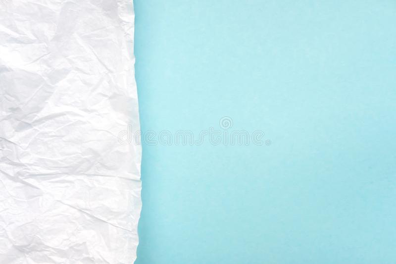 Τσαλακωμένο άσπρο έγγραφο περγαμηνής για τη φωτεινή μπλε, τυρκουάζ τοπ άποψη υποβάθρου στοκ εικόνα