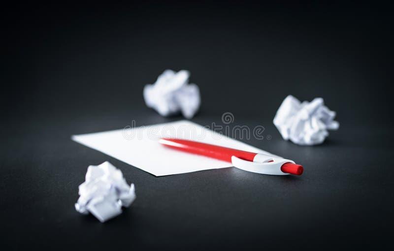 Τσαλακωμένο έγγραφο, μάνδρα και κενό φύλλο στον πίνακα στοκ φωτογραφία