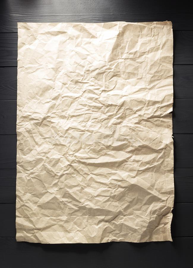 Τσαλακωμένο έγγραφο στο ξύλο στοκ εικόνα
