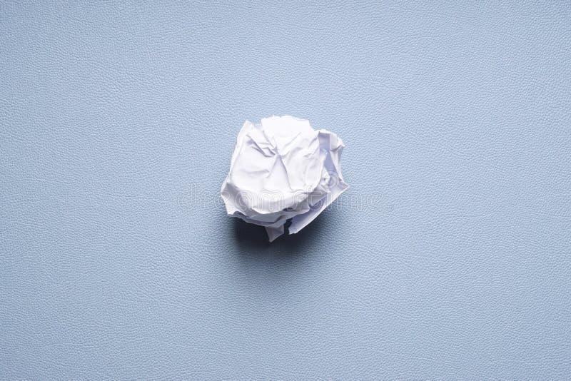 Τσαλακώνω-επάνω στη σφαίρα του εγγράφου για το μπλε υπόβαθρο στοκ φωτογραφίες
