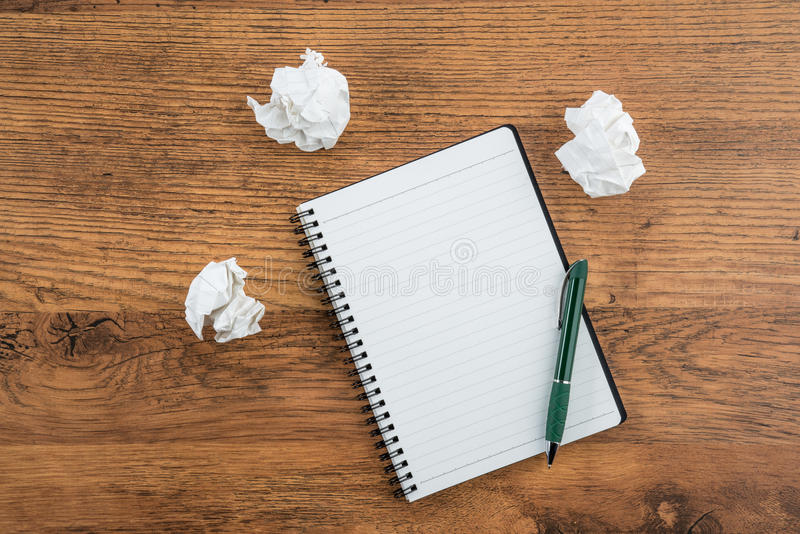 Τσαλακώστε το έγγραφο και τη μάνδρα με το σημειωματάριο στο γραφείο στοκ φωτογραφία