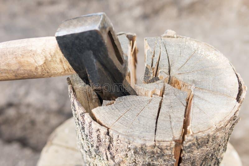 Τσεκούρι που προεξέχει από ένα κούτσουρο στοκ φωτογραφία με δικαίωμα ελεύθερης χρήσης