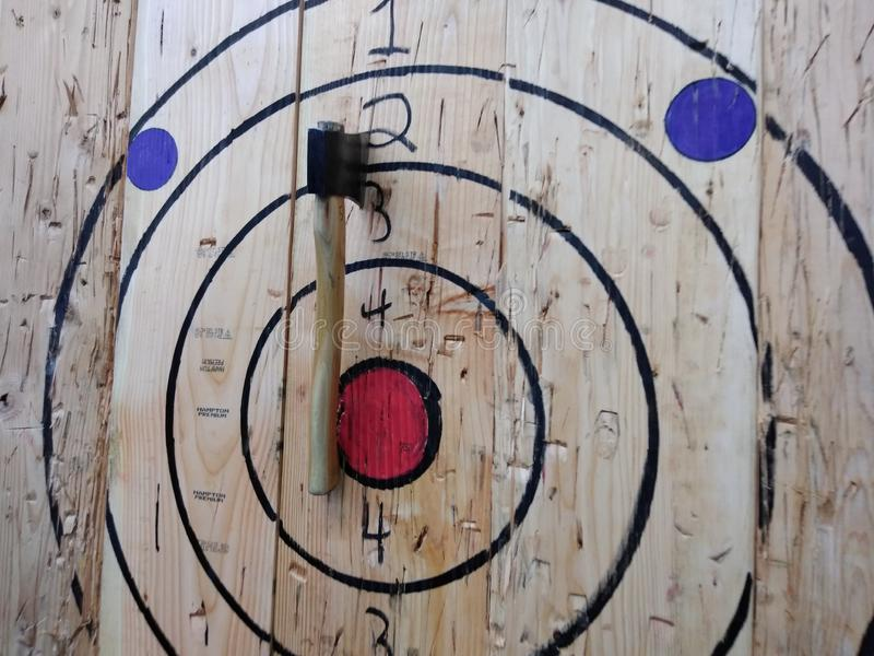 Τσεκούρι που ρίχνει το στόχο, τσεκούρι που ρίχνει Bullseye στοκ εικόνες