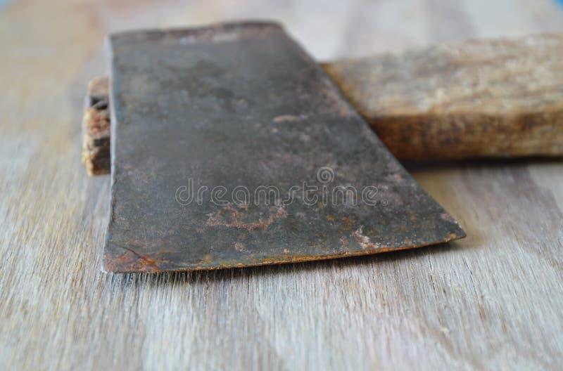 Τσεκούρι σιδήρου με την ξύλινη λαβή στη σανίδα στοκ φωτογραφίες με δικαίωμα ελεύθερης χρήσης