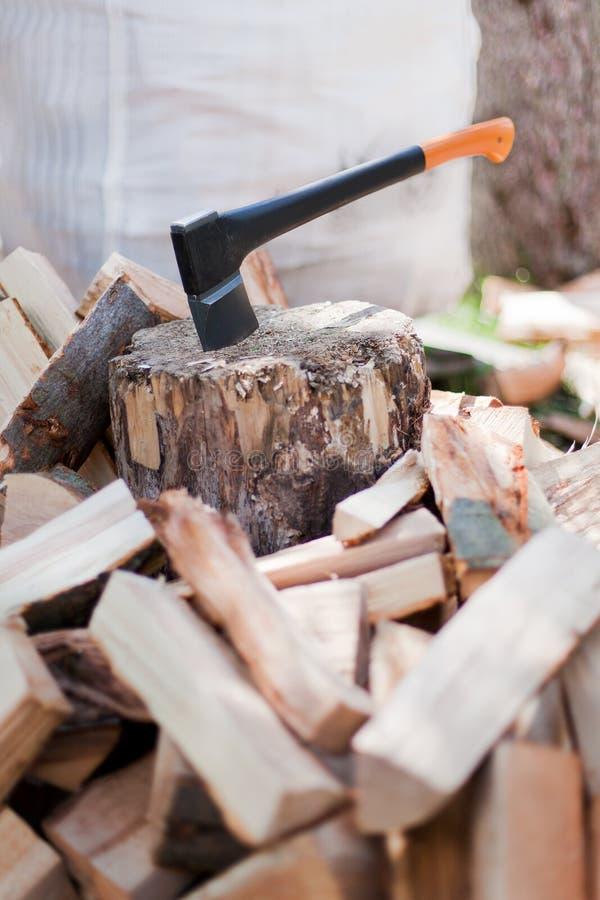 Τσεκούρι στο κούτσουρο με το τεμαχισμένο ξύλο στοκ φωτογραφίες με δικαίωμα ελεύθερης χρήσης