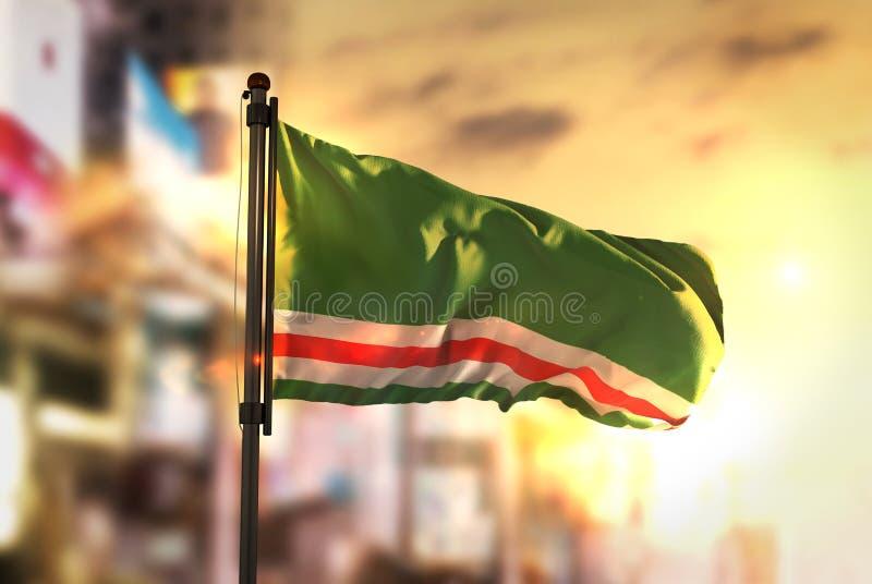 Τσετσένια Δημοκρατία της σημαίας Ichkeria ενάντια θολωμένο σε πόλη Backgroun στοκ εικόνες