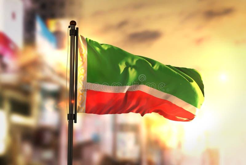 Τσετσένια σημαία Δημοκρατίας θολωμένο στο πόλη κλίμα στην ανατολή στοκ εικόνες