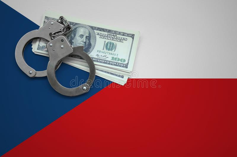 Τσεχική σημαία με τις χειροπέδες και μια δέσμη των δολαρίων Η έννοια της παράβασης του νόμου και των εγκλημάτων κλεφτών στοκ εικόνα με δικαίωμα ελεύθερης χρήσης