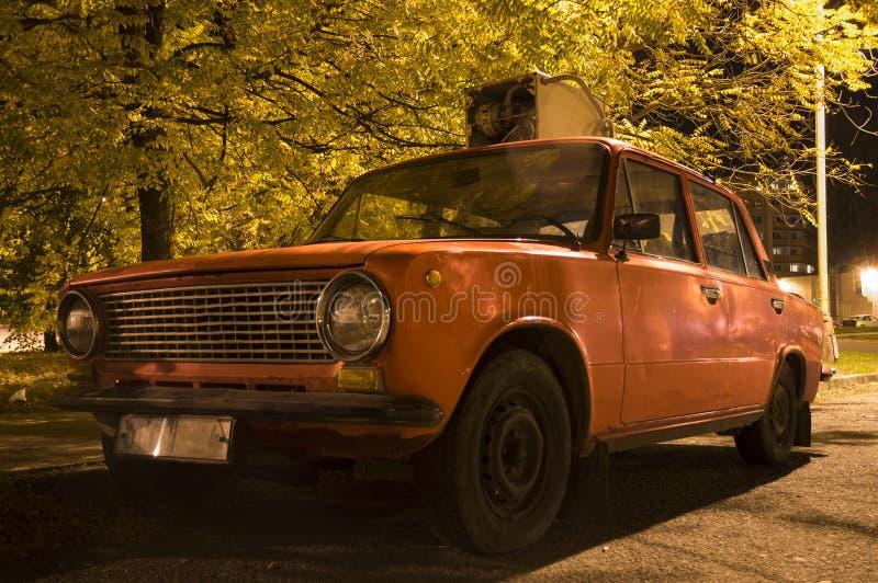 Τσεχικό παλαιό ρωσικό αυτοκίνητο του Σεπτεμβρίου 2011 υφασμάτων Olomouc 28ο με ένα παλαιό πλυντήριο στη στέγη του Ύφος αρουραίων στοκ εικόνα