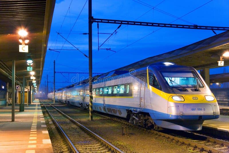Τσεχικό σαφές τραίνο σιδηροδρόμων - έξοχη πόλη Pendolino 680 Sc τραίνο στο σιδηροδρομικό σταθμό Holesovice, Πράγα στοκ φωτογραφίες με δικαίωμα ελεύθερης χρήσης