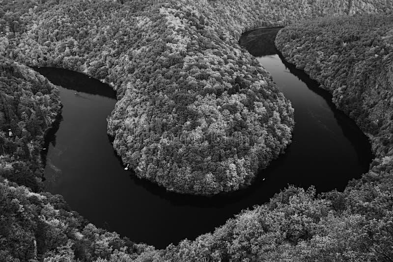 Τσεχικό τοπίο με το μαίανδρο του ποταμού Vltava στην κοιλάδα πριν από τη θύελλα που αντιμετωπίζεται από την προοπτική Maj στις κα στοκ φωτογραφίες με δικαίωμα ελεύθερης χρήσης