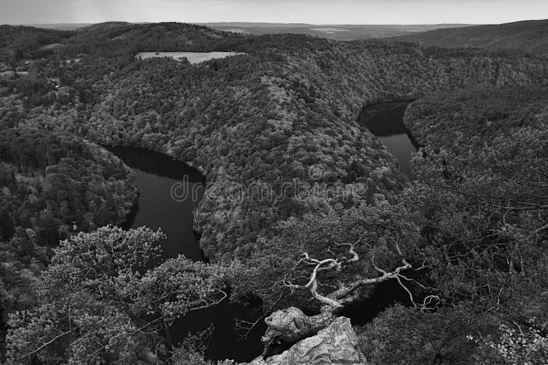Τσεχικό τοπίο με το μαίανδρο του ποταμού Vltava στην κοιλάδα πριν από τη θύελλα που αντιμετωπίζεται από την προοπτική Maj στις κα στοκ εικόνες