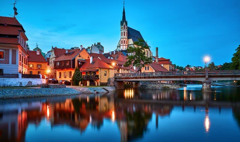 Τσεχικό Krumlov, Δημοκρατία Άποψη βραδιού στη γέφυρα στοκ εικόνες
