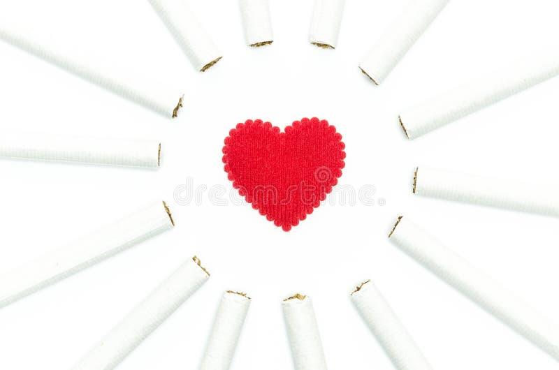 Τσιγάρα γύρω από το κόκκινο σχέδιο καρδιών για τις ιδέες και εννοιολογικός στοκ φωτογραφίες