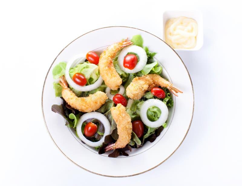 Τσιγαρισμένες γαρίδες με τη σαλάτα και τη μαγιονέζα στοκ εικόνες