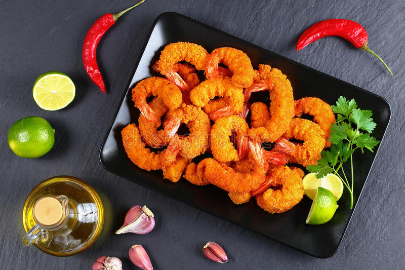 Τσιγαρισμένες πασπαλισμένες με ψίχουλα γαρίδες στο πιάτο στοκ φωτογραφία με δικαίωμα ελεύθερης χρήσης