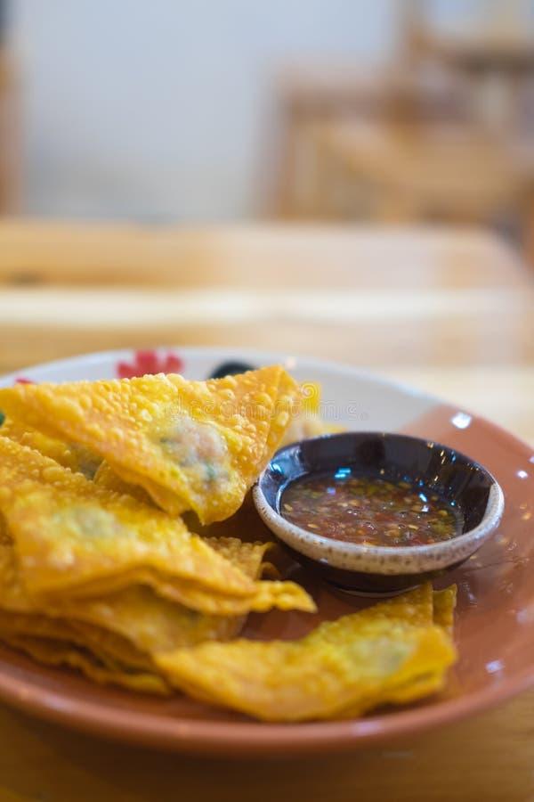 Τσιγαρισμένες τριζάτες λουρίδες μπουλεττών με την πικάντικη σάλτσα στοκ φωτογραφία