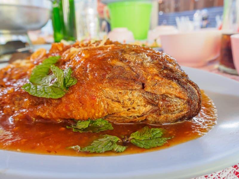 Τσιγαρισμένη σάλτσα ψαριών και τσίλι: Ταϊλανδικά τρόφιμα στοκ εικόνες
