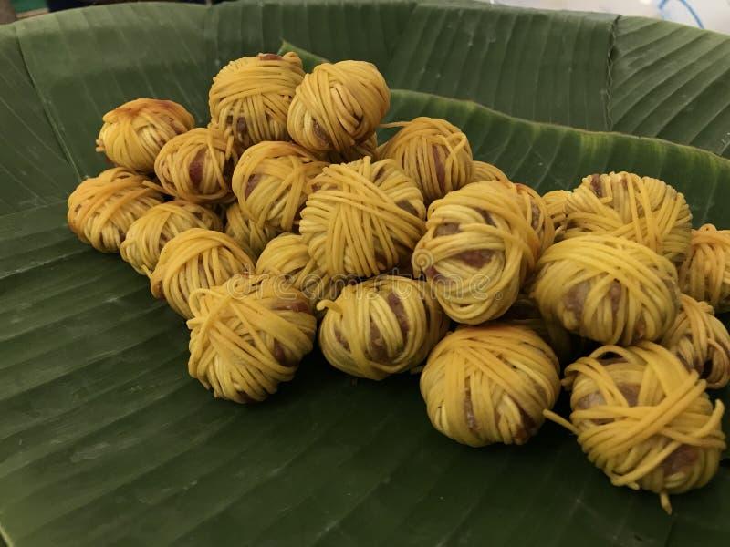 Τσιγαρισμένο τυλιγμένο χοιρινό κρέας με το νουντλς Mhoo Sarung, ταϊλανδικές βασιλικές κουζίνες στοκ φωτογραφία με δικαίωμα ελεύθερης χρήσης