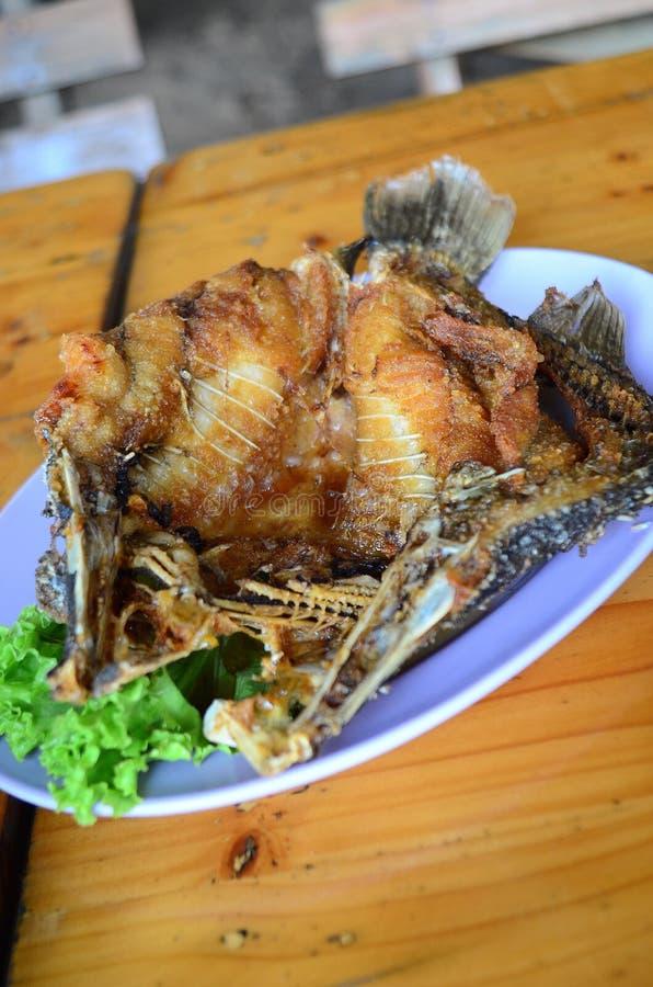 Τσιγαρισμενός μαριναρισμενός Snapper με τη γλυκιά σάλτσα ψαριών στοκ φωτογραφίες