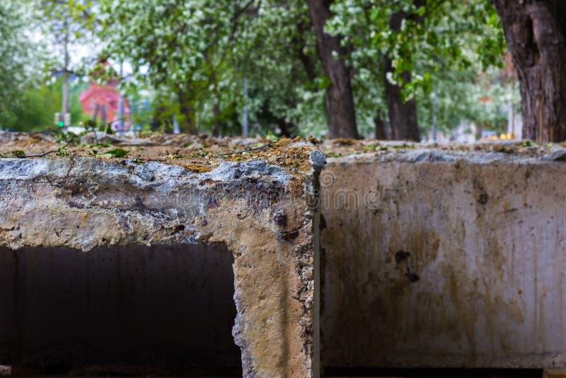 Τσιμεντένιοι ογκόλιθοι σε ένα εργοτάξιο οικοδομής Επισκευή οδών στοκ εικόνα με δικαίωμα ελεύθερης χρήσης