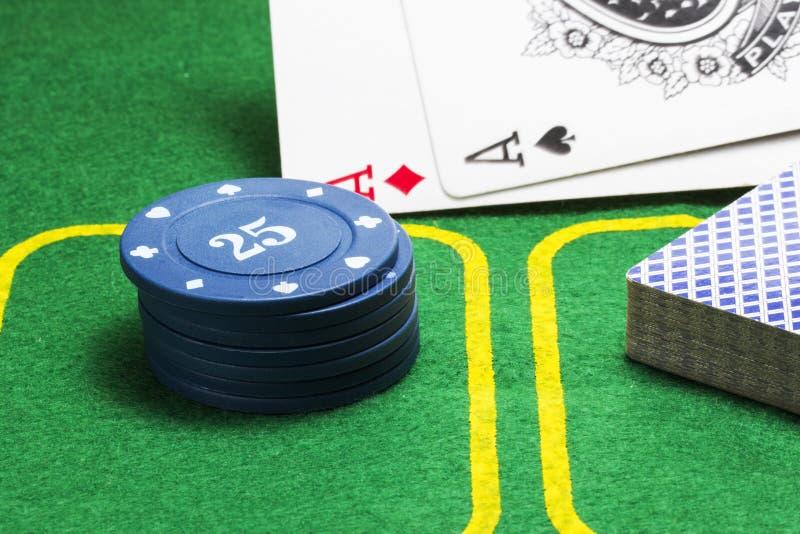Τσιπ για τη γέφυρα πόκερ των καρτών και του μειωμένου άσσου δύο στοκ εικόνες