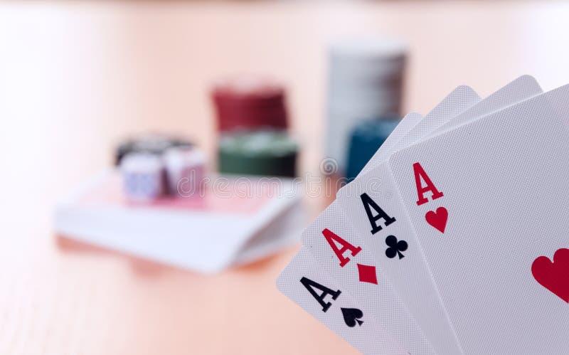 Τσιπ πόκερ και γενικές κάρτες παιχνιδιού στοκ εικόνα