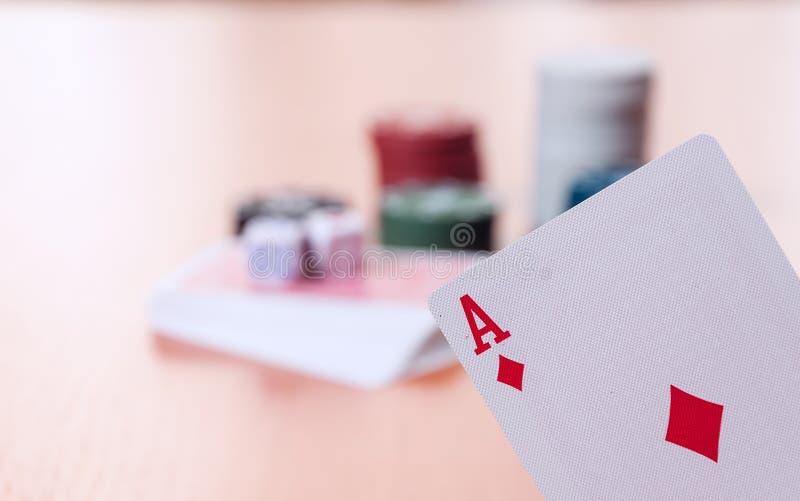 Τσιπ πόκερ και γενικές κάρτες παιχνιδιού στοκ εικόνες