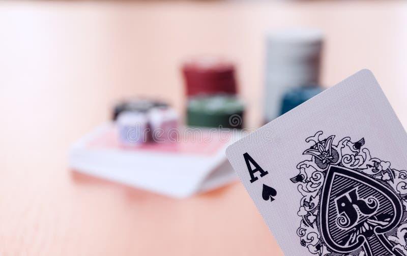 Τσιπ πόκερ και γενικές κάρτες παιχνιδιού στοκ εικόνες με δικαίωμα ελεύθερης χρήσης