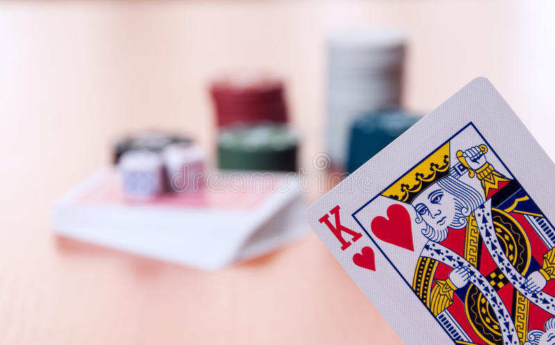 Τσιπ πόκερ και γενικές κάρτες παιχνιδιού στοκ εικόνα με δικαίωμα ελεύθερης χρήσης