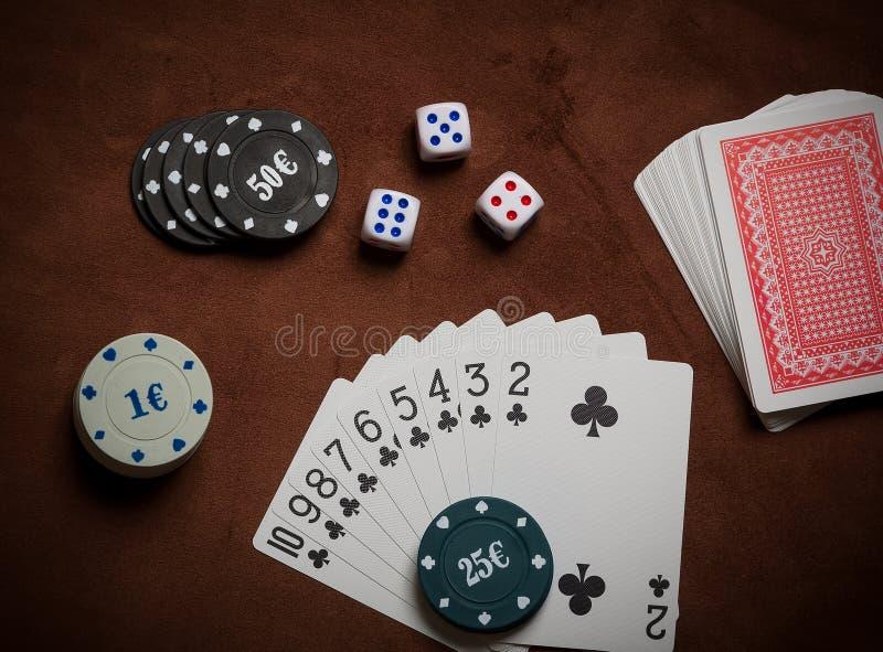 Τσιπ πόκερ και γενικές κάρτες παιχνιδιού στοκ φωτογραφία με δικαίωμα ελεύθερης χρήσης