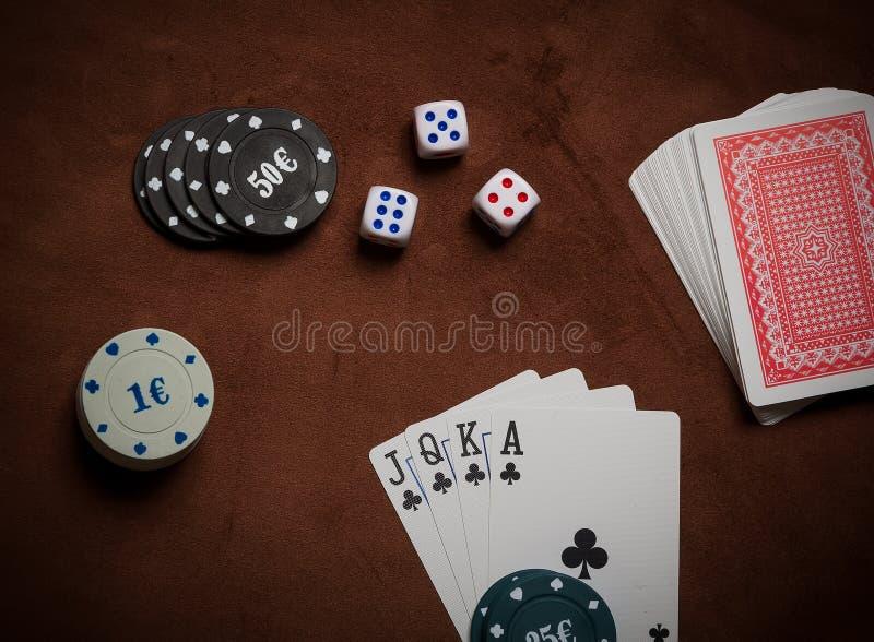 Τσιπ πόκερ και γενικές κάρτες παιχνιδιού στοκ φωτογραφία